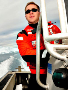 cadeau ccommons-George-Degener_Alder_moves_through_icebergs_during_Operation_Nanook_2010-small